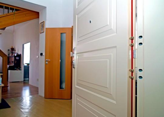 bile kazetove bezpecnostni dvere