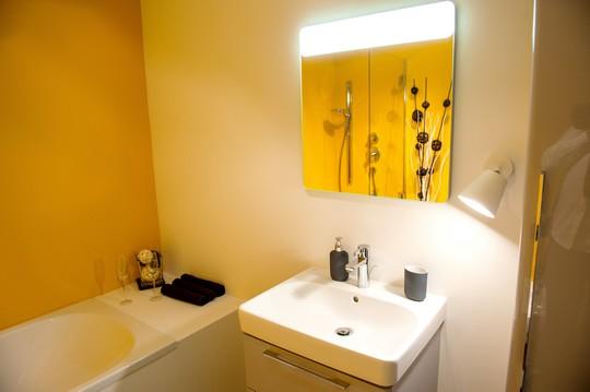 optimisticka zluta koupelna
