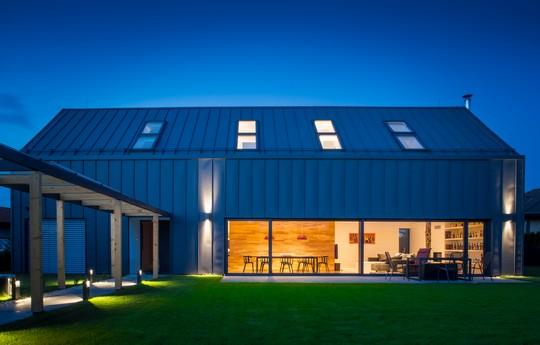 moderni dum s plechovou strechou i fasadou Lindab