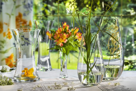 Elegantni sklenene vazy ozdobi kazdy stul