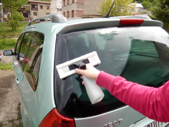 myti zadniho okna auta